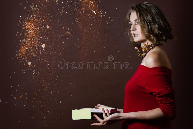 Especiarias dispersadas mulher fotografia de stock royalty free