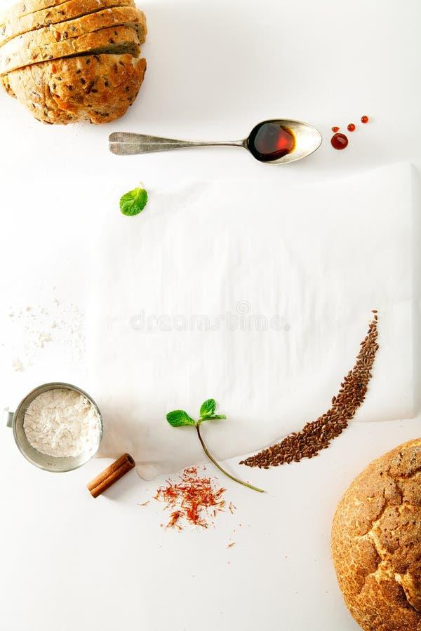 Especiarias do cozimento, nacos de pão e folhas de hortelã fotografia de stock royalty free