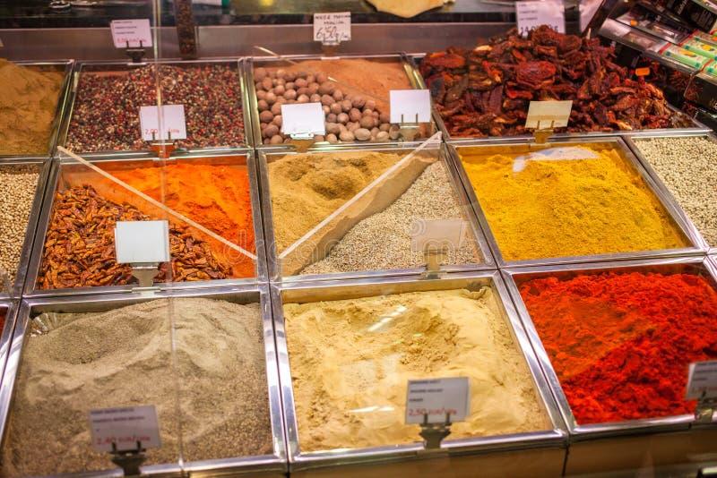 Especiarias e chás no mercado da Espanha imagens de stock royalty free