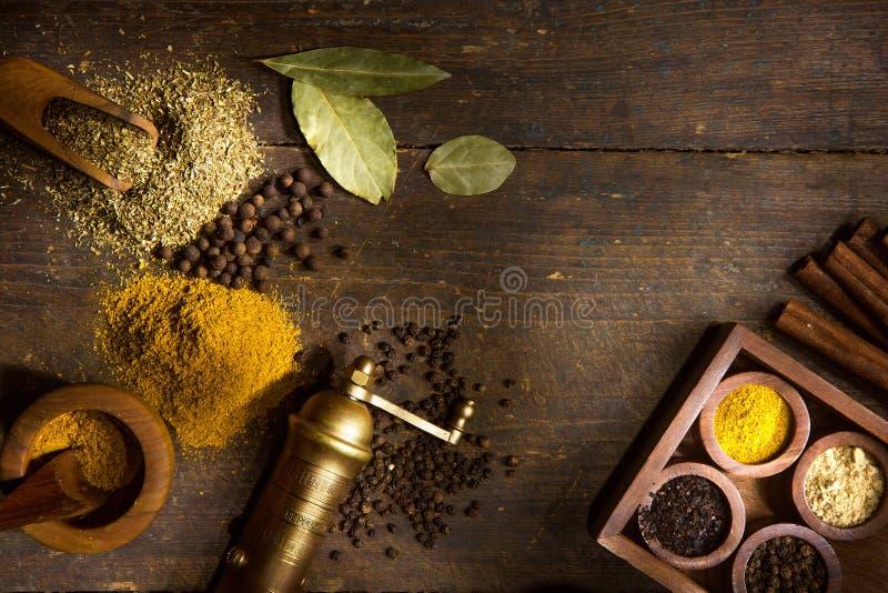 Especiarias e ervas na tabela de madeira foto de stock royalty free