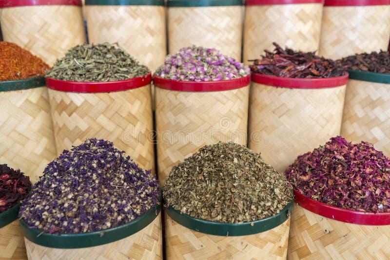 Especiarias e frutos secados no souk do mercado em Dubai UAE imagens de stock