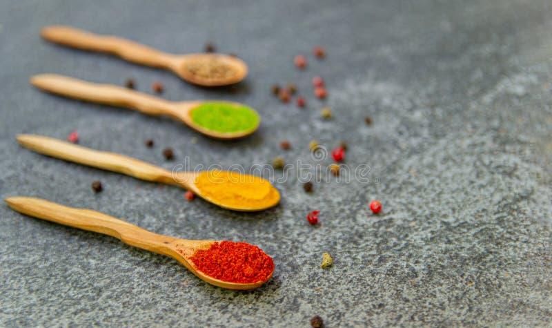Especiarias e temperos para cozinhar na composi??o na tabela imagens de stock royalty free