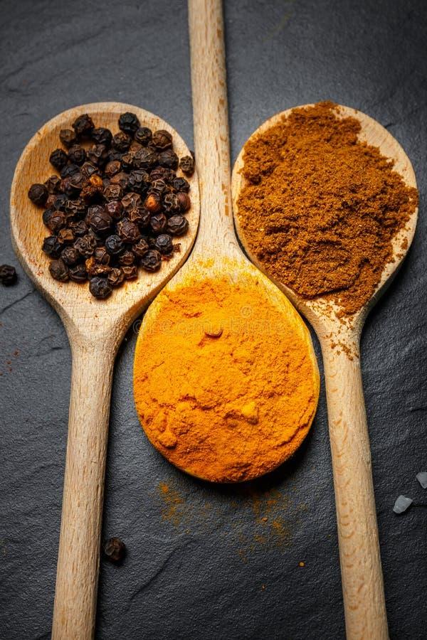 Download Especiarias Em Colheres De Madeira Imagem de Stock - Imagem de cozinheiro, ingrediente: 80102885
