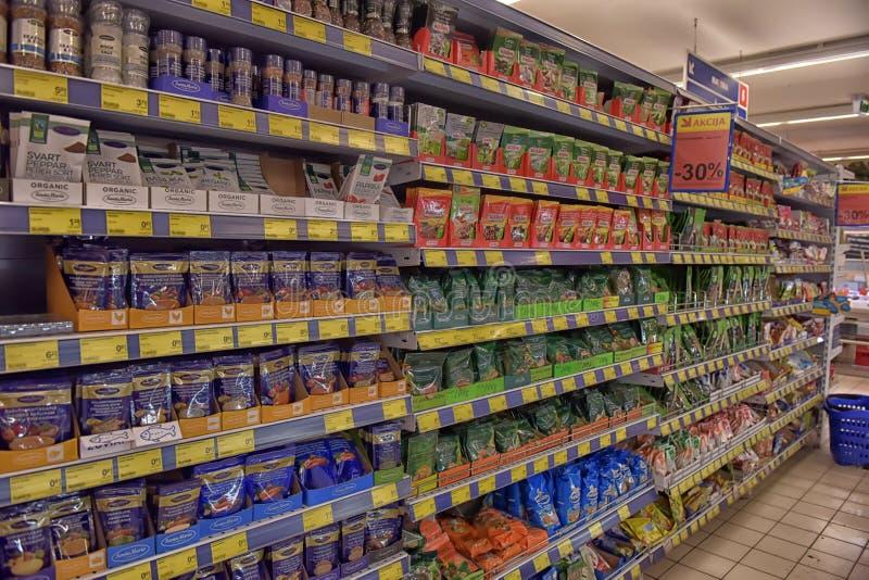 Especiarias em uma prateleira em um supermercado imagem de stock