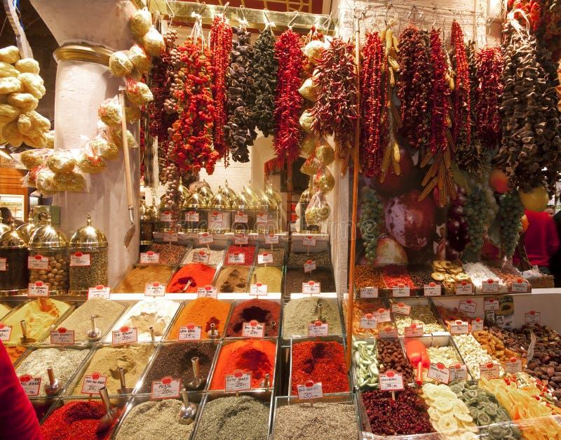 Especiarias, frutas secadas e pimentas secadas. fotografia de stock