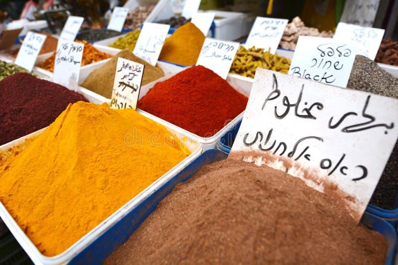 Especiarias na exposição no mercado do Oriente Médio do alimento imagem de stock