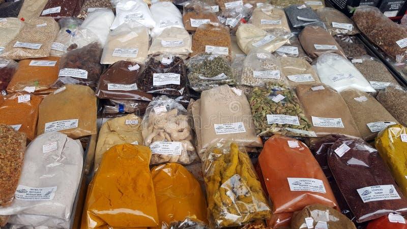 Especiarias na venda nos mercados gregos em Atenas, Grécia fotos de stock