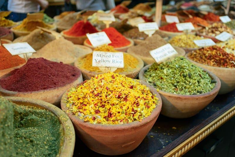 Especiarias para cozinhar na venda no bazar da cidade foto de stock