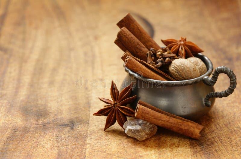 Especiarias para o chá do inverno - canela, anis foto de stock
