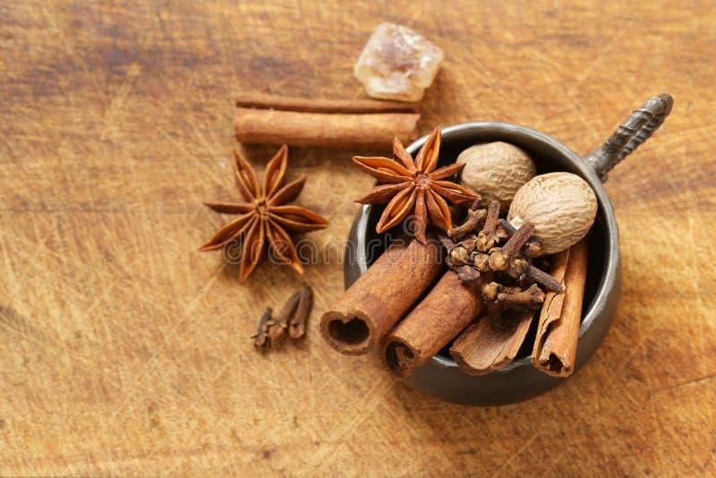 Especiarias para o chá do inverno - canela, anis imagens de stock