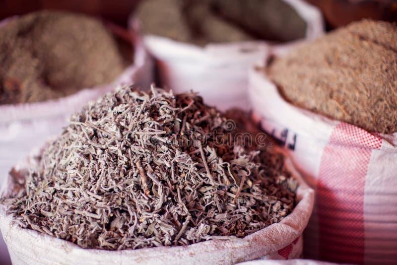 Especiarias secadas das flores das ervas no mercado da especiaria de Egito imagens de stock royalty free