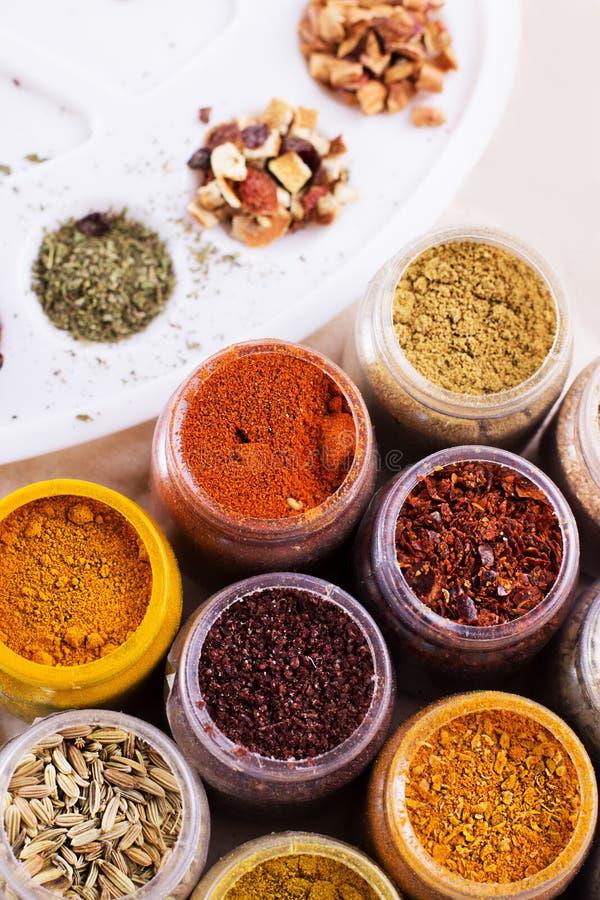 Especiarias sortidos e chá seco em umas caixas imagens de stock royalty free