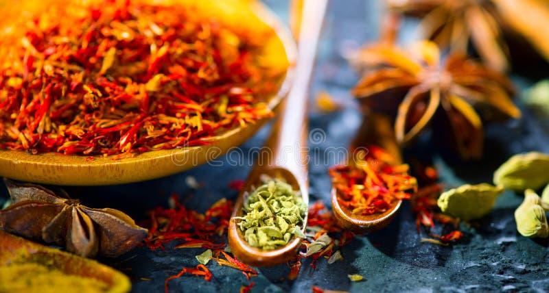 Especiarias Várias especiarias indianas na tabela de pedra preta Especiaria e ervas no fundo da ardósia cozinhar imagens de stock