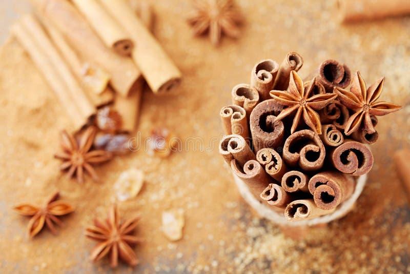 Especias de la Navidad Estrella del anís, palillos de canela y azúcar marrón imágenes de archivo libres de regalías