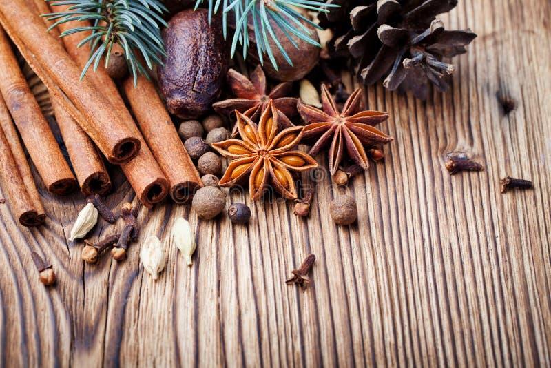 Especias del invierno de la Navidad y rama de ?rbol azul de pino en fondo de madera Copie el espacio imagenes de archivo