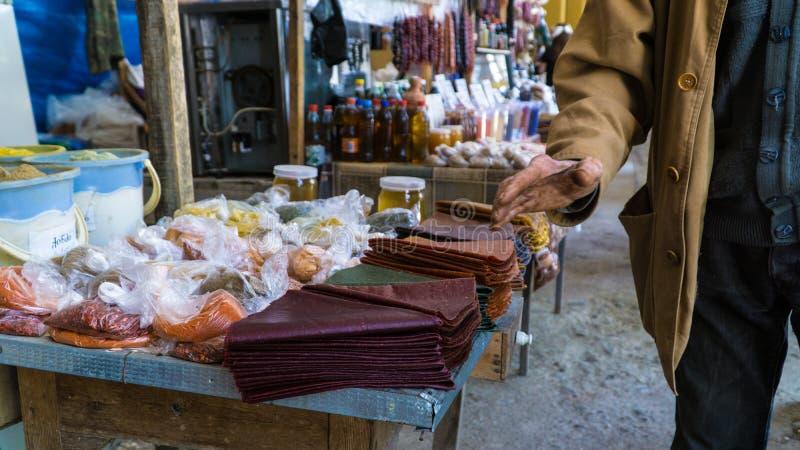 Especias del mercado y dulces georgianos de Tklapi imagen de archivo