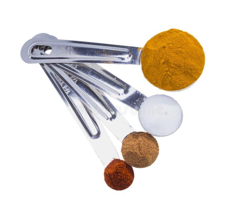 Especias en cucharas dosificadoras. imagenes de archivo
