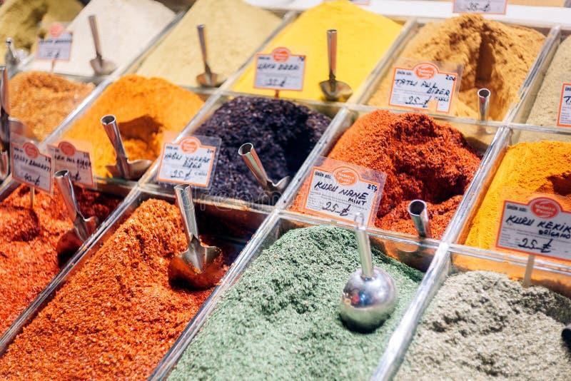 Especias en el mercado egipcio en Estambul foto de archivo libre de regalías