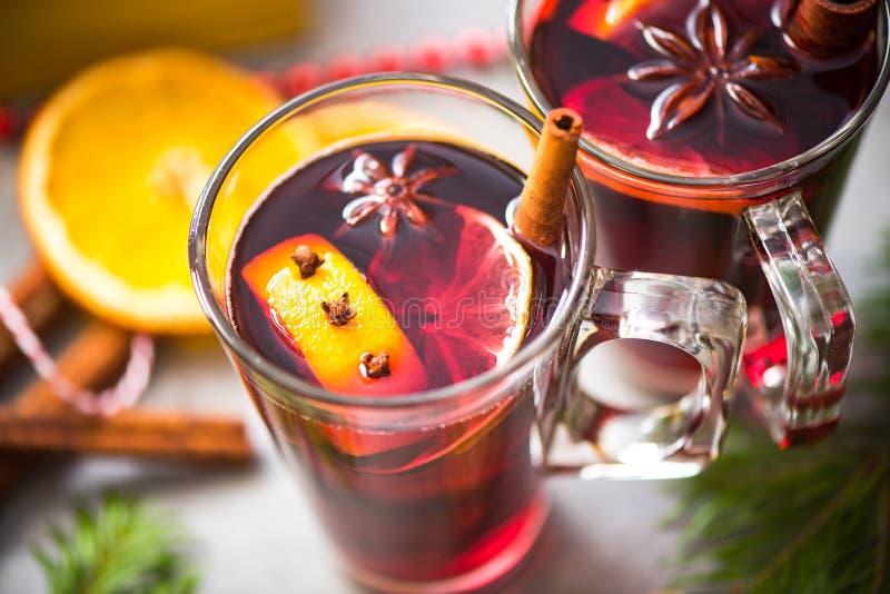 Especias en el vino reflexionado sobre, cierre para arriba imágenes de archivo libres de regalías