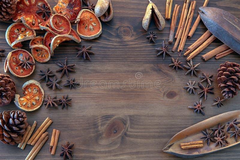 Especias en fondo de madera de la tabla imagenes de archivo