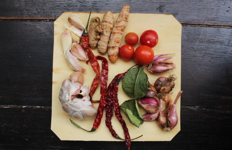 Especias en la placa de madera cocinar el ingrediente Visi?n desde arriba fotos de archivo libres de regalías