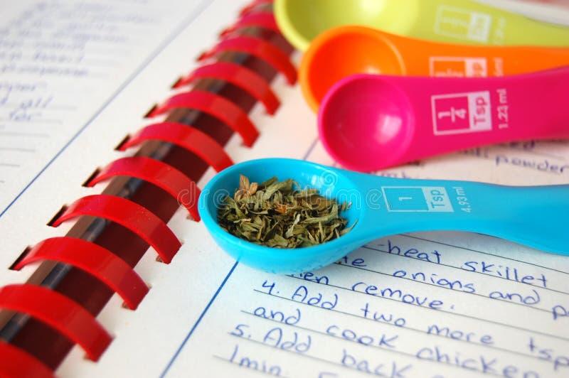 Especias en una cuchara dosificadora colorida foto de archivo libre de regalías