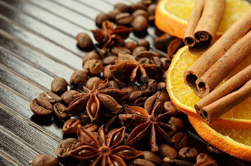 Especias fragantes con las naranjas y el café secos foto de archivo libre de regalías