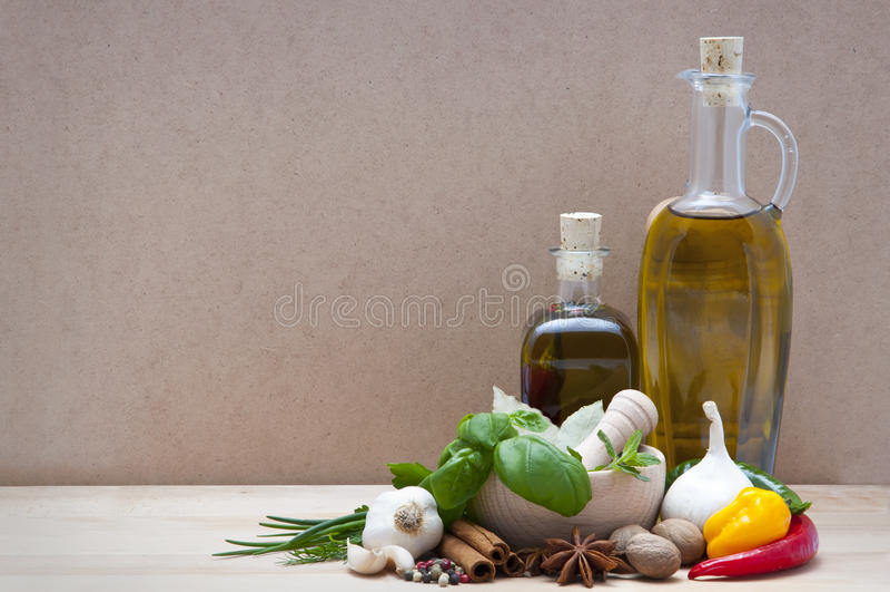 Especias, hierbas y aceite de oliva fotos de archivo