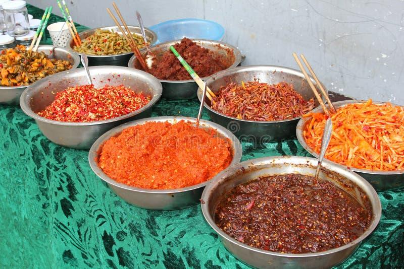 Especias, hierbas y platos deliciosos en China fotos de archivo