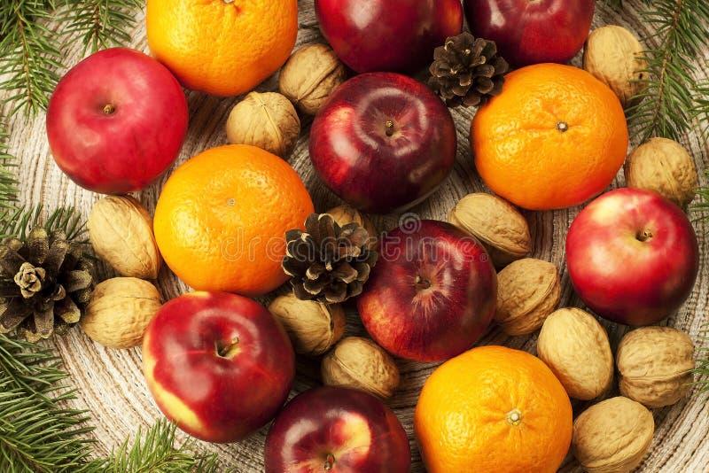 Especias, nueces y frutas de la Navidad imagen de archivo libre de regalías