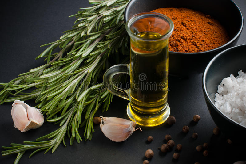 Especias, romero, pimienta inglesa, ajo, aceite y sal imágenes de archivo libres de regalías