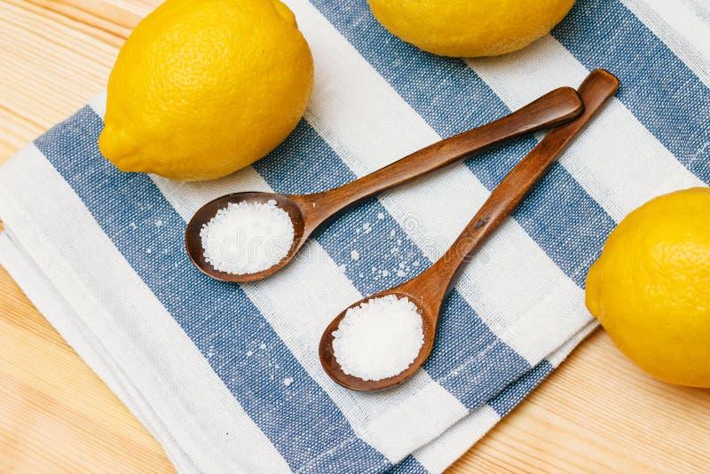 Especias y condimentos Ácido cítrico en cucharas de madera fotografía de archivo