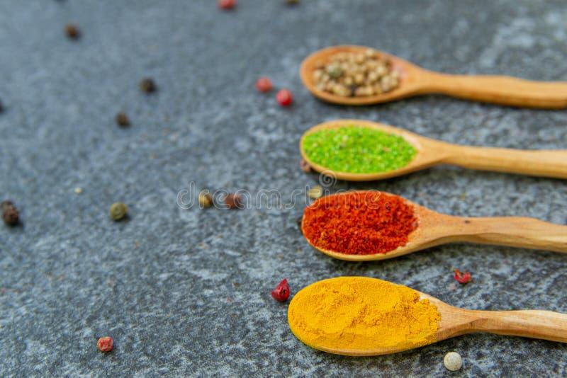 Especias y condimentos para cocinar en la composici?n en la tabla foto de archivo