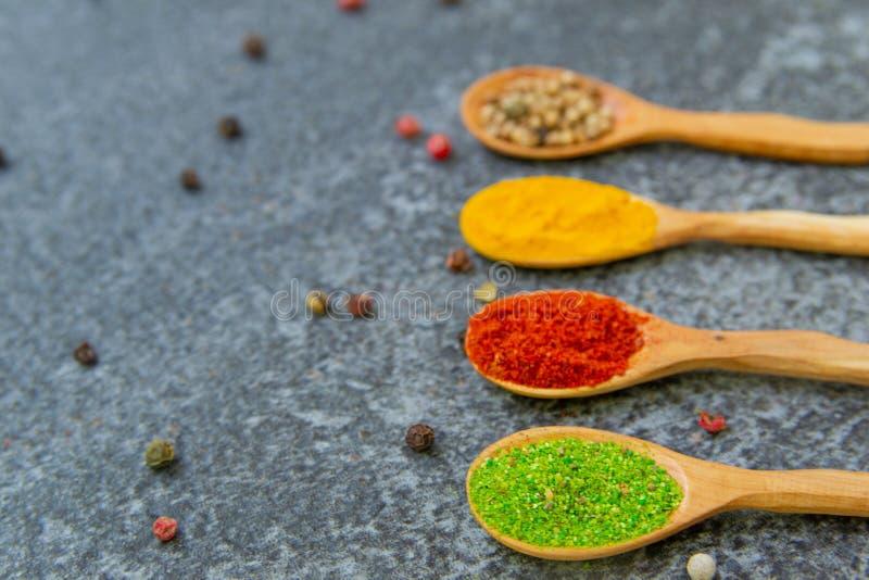 Especias y condimentos para cocinar en la composici?n en la tabla imagen de archivo libre de regalías