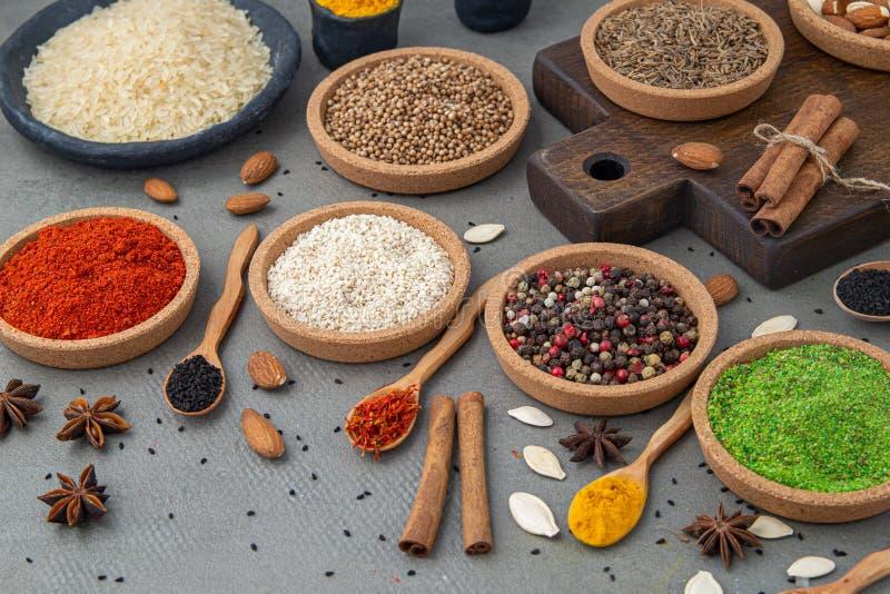 Especias y condimentos para cocinar en la composici?n en la tabla imagen de archivo