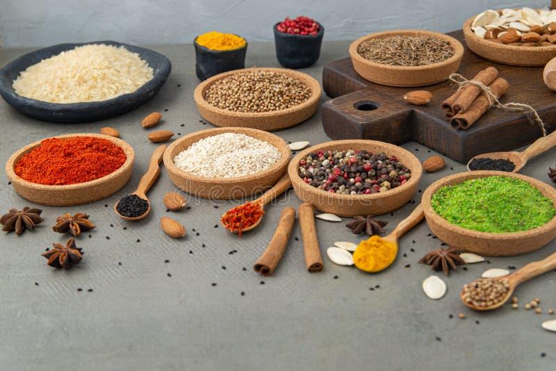 Especias y condimentos para cocinar en la composici?n en la tabla imagenes de archivo