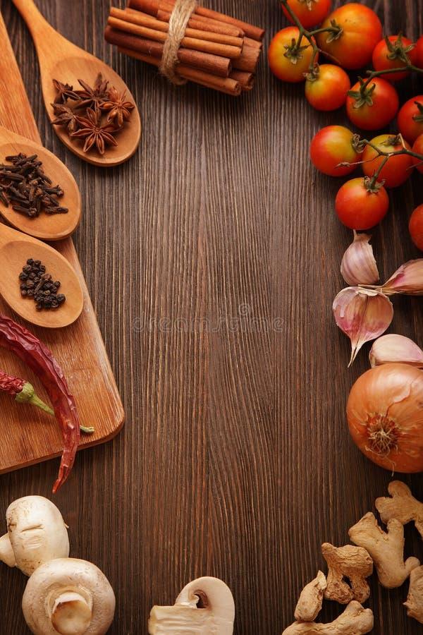 Especias y verduras antes de cocinar imagen de archivo libre de regalías