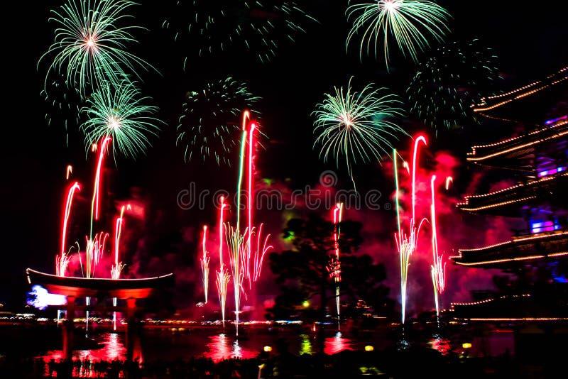 Espectacular vista de los fuegos artificiales de Epcot Forever desde el pabellón de Japón en Walt Disney World 1 imagen de archivo