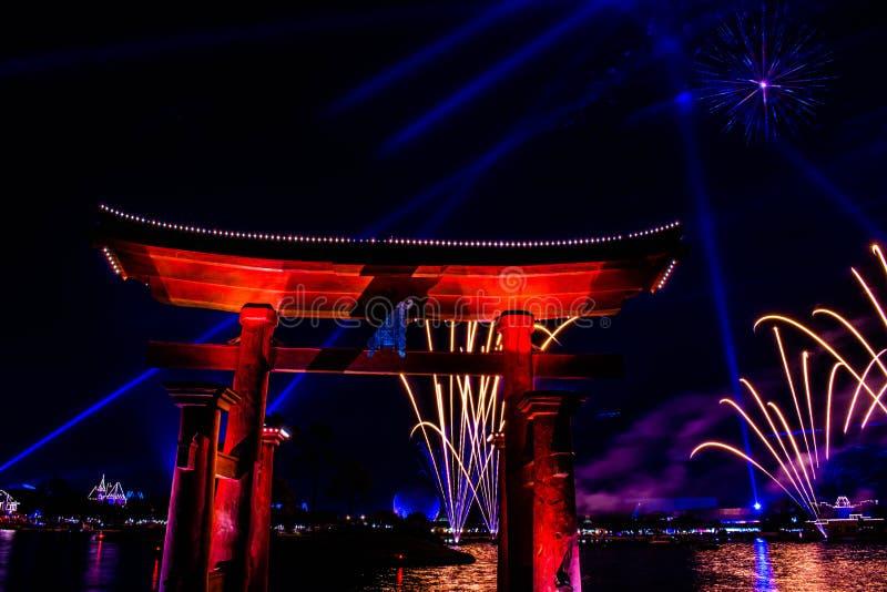Espectacular vista de los fuegos artificiales de Epcot Forever y del arco de Japón en Walt Disney World 1 fotos de archivo