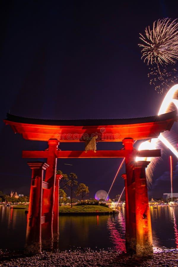 Espectacular vista de los fuegos artificiales de Epcot Forever y del arco de Japón en Walt Disney World 5 fotos de archivo libres de regalías
