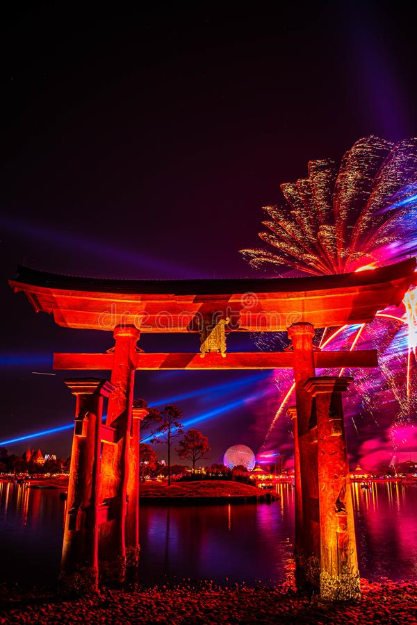 Espectacular vista de los fuegos artificiales de Epcot Forever y del arco de Japón en Walt Disney World 7 fotos de archivo libres de regalías