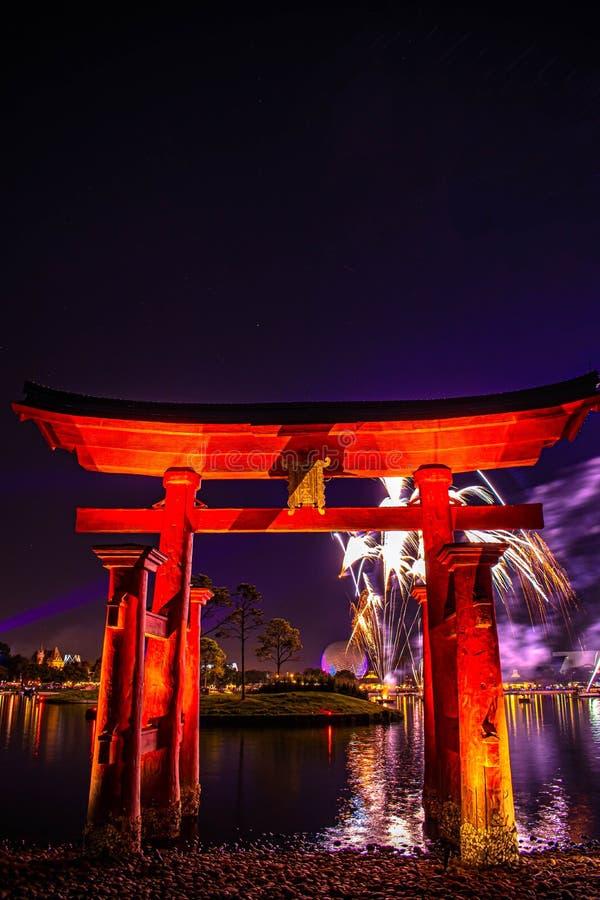 Espectacular vista de los fuegos artificiales de Epcot Forever y del arco de Japón en Walt Disney World 8 fotografía de archivo libre de regalías