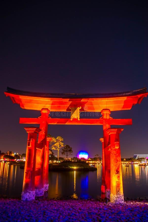 Espectacular vista de los fuegos artificiales de Epcot Forever y del arco de Japón en Walt Disney World 3 fotos de archivo