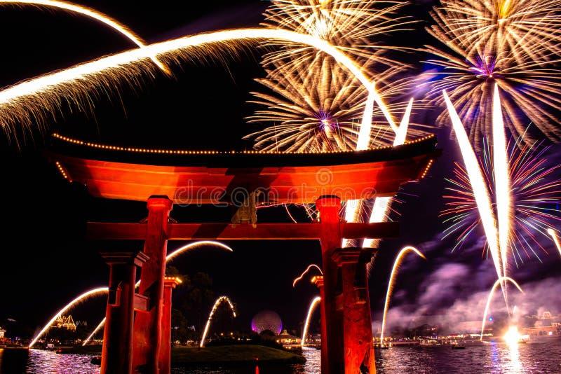 Espectacular vista de los fuegos artificiales de Epcot Forever y del arco de Japón en Walt Disney World 2 fotografía de archivo libre de regalías