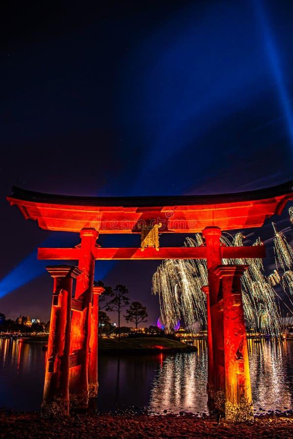 Espectacular vista de los fuegos artificiales de Epcot Forever y del arco de Japón en Walt Disney World 6 foto de archivo
