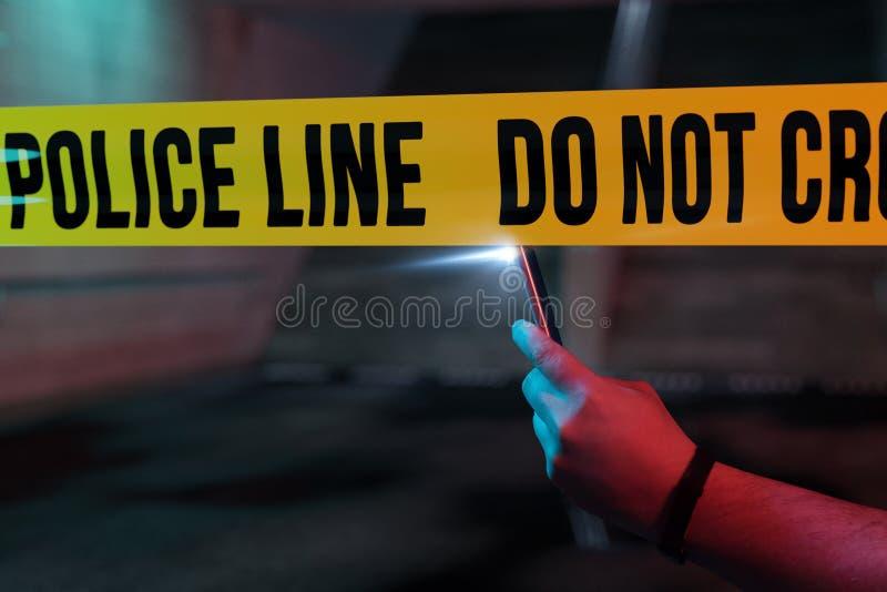Espectador curioso que toma a imagem com smartphone a cena do crime imagem de stock royalty free