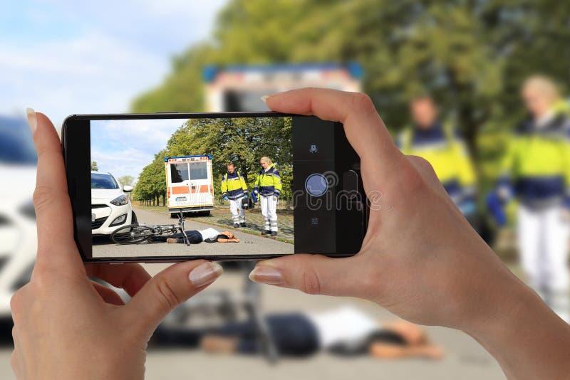 Espectador de Gawping que toma a imagem de um acidente foto de stock royalty free