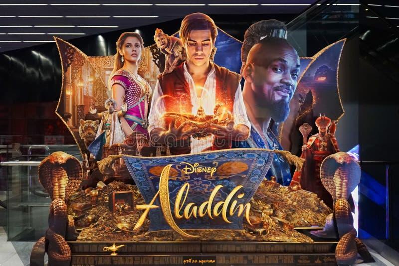 Espectador de pie de la película 3D de Aladdin delante del cine para promover la película Esta película lo va a hacer foto de archivo libre de regalías