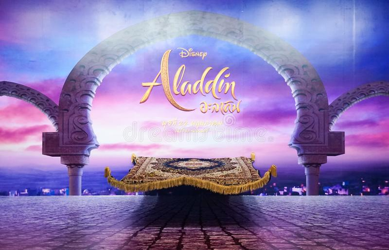 Espectador de pie de la película de una alfombra mágica delante de una escena crepuscular en Aladdin para promover la película fotografía de archivo