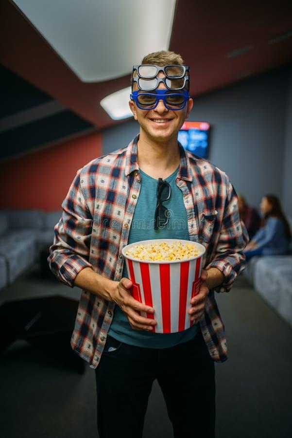 Espectador masculino nos vidros 3d, salão do cinema foto de stock royalty free